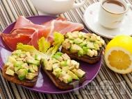 Рецепта Полезни сандвичи за закуска с авокадо и пълнозърнест хляб